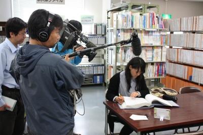 高橋さんが就職資料室で情報収集している所を取材されました