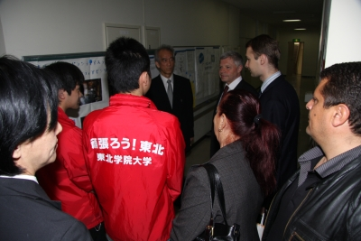 災害ボランティアステーションを訪れたブルガリア共和国駐日大使リュボミル・トドロフ氏(中央右)