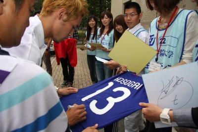 日本代表のユニフォームにサインをもらいました。