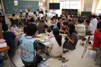 東六郷小学校の生徒と給食を食べました