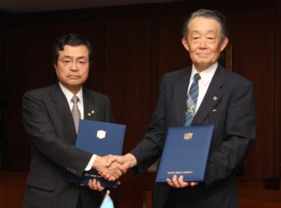 協定を結んだ、鎌田宏会頭(左)と星宮望学長(右)