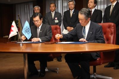 協定書に署名する鎌田会頭と星宮学長