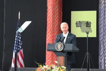 「米国は皆さんのそばにいることを約束する」と聴衆に語りかける、ジョー・バイデン米国第47代副大統領