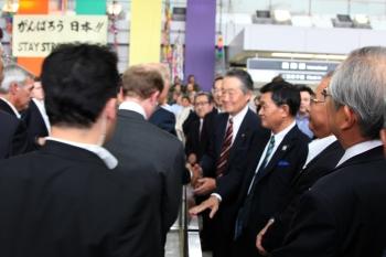 スピーチを終えた副大統領と握手する星宮学長